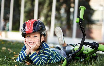 Otrok ob kolesu